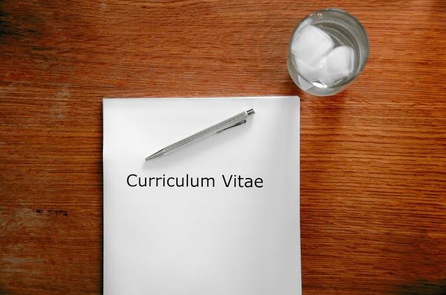 CV i szklanka na stole