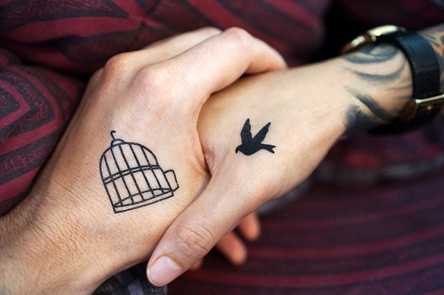 dłoń mężczyzny i kobiety