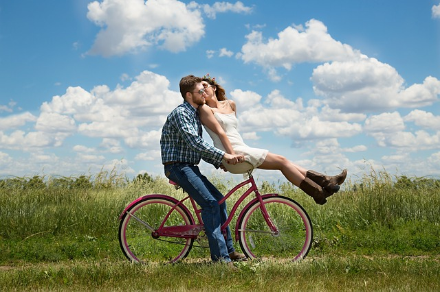 Zakochana para na rowerze