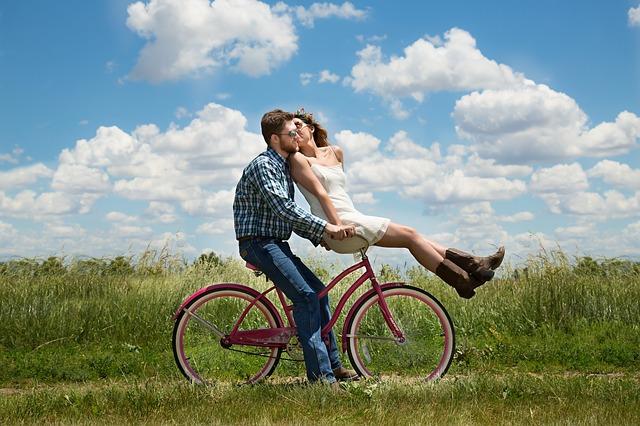 Para jadąca na rowerze