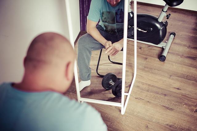 mężczyzna przed lustrem