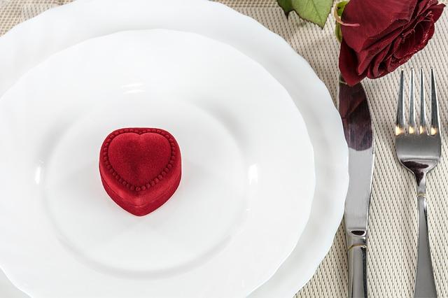 tależ z pudełkiem na pierścionek w kształcie serca