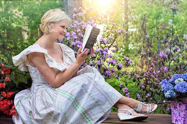 Kobieta czyta w ogrodzie