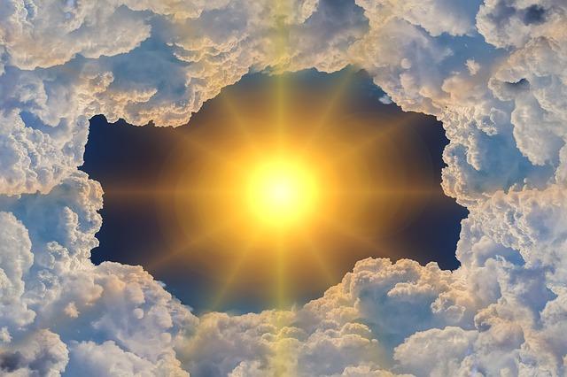 Słońce świeci przez dziurę w chmurach