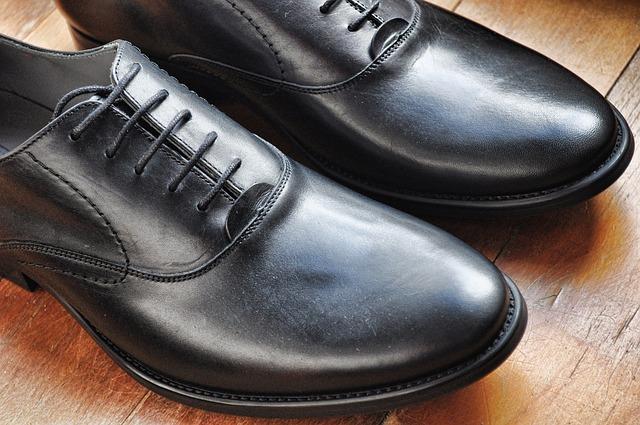 Jakie buty do garnituru? Jak dobrze dobrać buty męskie do koloru garnituru i okazji?