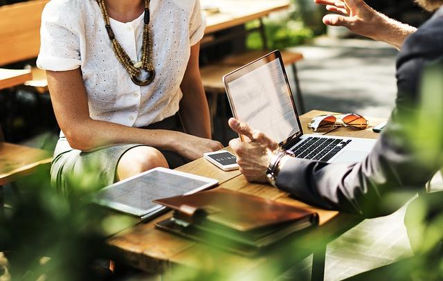Flirt w pracy – jak zainteresować kolegę z pracy?