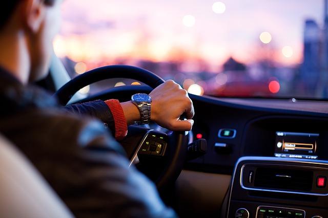 Mężczyzna prowadzi auto