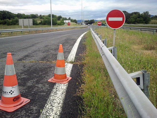 znaki drogowe na drodze