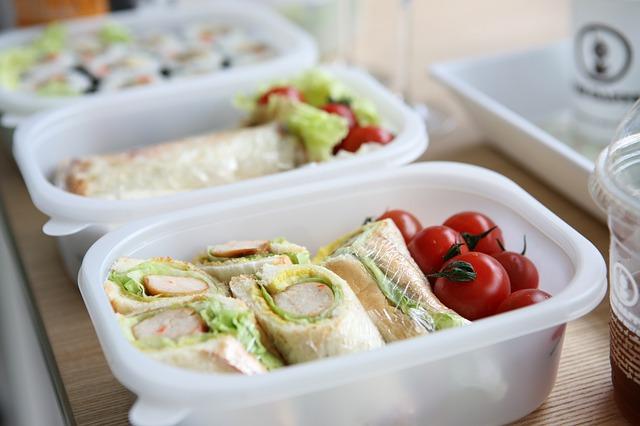 Lunch w plastikowych pojemnikach