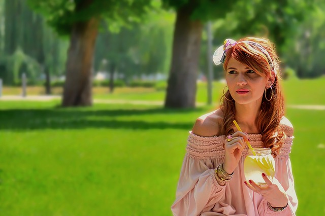 Dziewczyna pije wodę z cytryną
