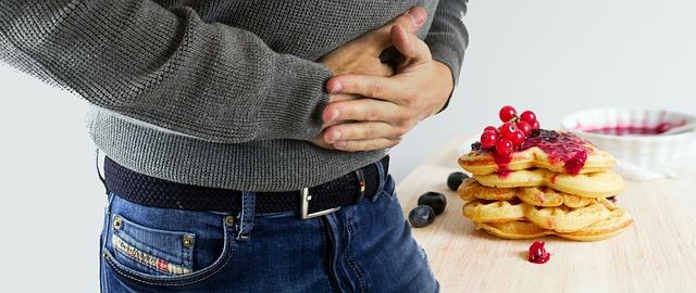 Mężczyzna trzyma się za żołądek