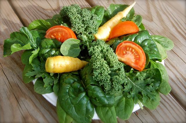 Zielone warzywa i pomidory