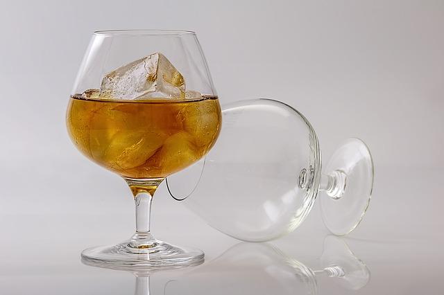 alkohol w kieliszku