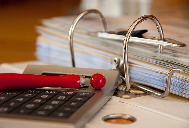 Biuro rachunkowe, samodzielna księgowość czy księgowa na etacie?