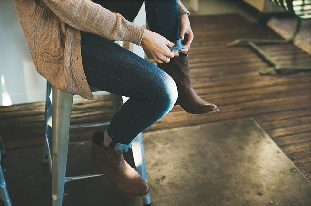 Kobieta wkłada skórzane botki