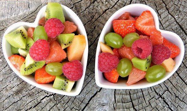 Miseczki serca z owocami
