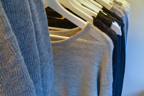 Stylowe ubrania wiszące w szafie