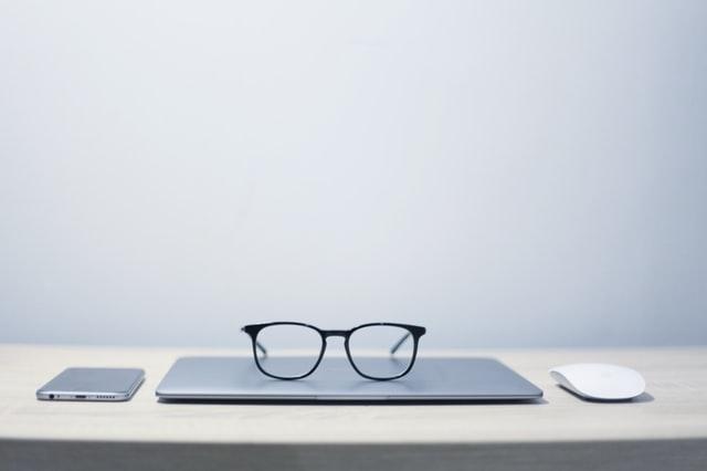 Okulary leżące na laptopie