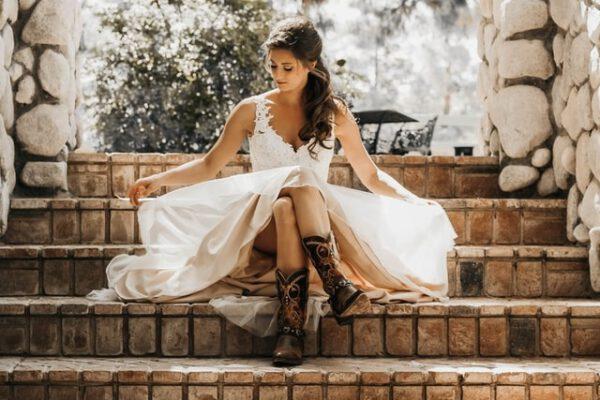 Kobieta siedząca na schodach w sukience